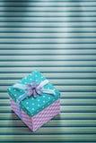 有丝带的礼物盒在有条纹的桌布庆祝概念 库存照片
