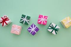 有丝带的礼物盒在淡色绿色背景 顶视图, fl 图库摄影