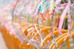 有丝带的铁丝网篱芭 图库摄影
