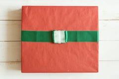 有丝带的顶视图红色礼物盒在白色木板条背景 库存图片