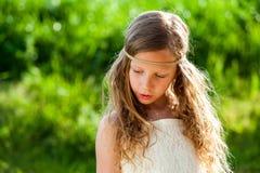 有丝带头饰带的逗人喜爱的女孩 库存图片