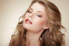 有丝棉似的Whity布朗头发的真正秀丽的妇女 免版税图库摄影