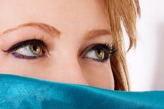 有丝绸paranja的白肤金发的妇女 免版税图库摄影