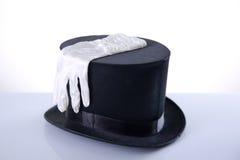有丝绸白色手套的黑高顶丝质礼帽 库存图片