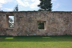 有两个不同窗口的墙壁在Sant `阿戈斯蒂诺,意大利前修道院的庭院里  库存图片