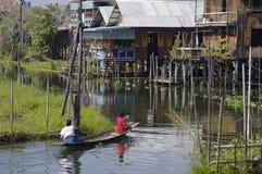 有两个人的小船Inle湖的。 免版税库存图片