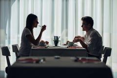 有两个偶然年轻的成人在膳食的一次交谈 正式提案,谈话在餐馆 尝试的食物,提议,特别菜单 图库摄影