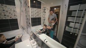 有两个儿子的爸爸去有玫瑰花瓣的卫生间 他们一个妈妈为惊奇做准备 影视素材