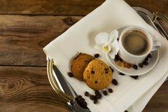有两个咖啡杯和白色兰花的服务盘子 库存图片