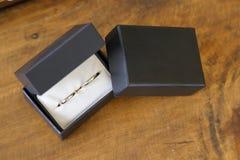 有两个圆环的箱子婚姻的 库存照片