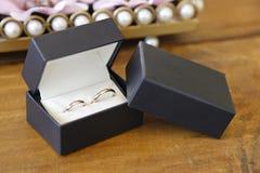 有两个圆环的箱子婚姻的 库存图片