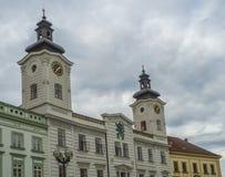 有两个塔的城镇厅宫殿前面与时钟在城市Hr 免版税库存照片