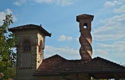 有两个塔的小砖教堂在修道院Kovilj,塞尔维亚 免版税库存图片