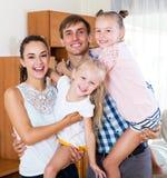 有两个女儿的快乐的父母 库存照片