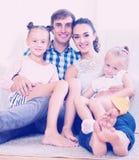 有两个女儿的快乐的父母 免版税库存图片