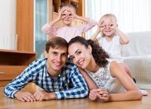 有两个女儿的快乐的父母 免版税库存照片