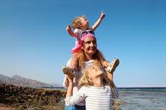 有两个女儿的母亲海滩的 免版税库存图片