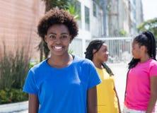 有两个女朋友的非裔美国人的妇女在城市 免版税库存照片