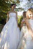 有两个女花童的新娘 库存照片