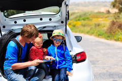 有两个孩子旅行的父亲乘汽车 免版税库存照片