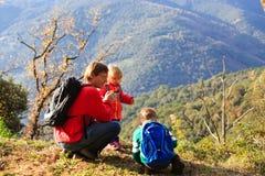 有两个孩子旅行的父亲在山 免版税库存图片