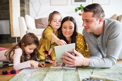有两个孩子的年轻家庭为假日做准备 免版税图库摄影