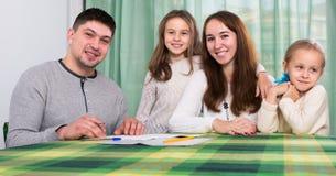 有两个孩子的快乐的家庭 免版税图库摄影