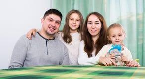 有两个孩子的快乐的家庭 免版税库存照片