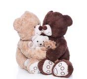 有两个孩子的愉快的玩具熊家庭被隔绝在白色 库存照片