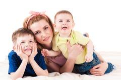 有两个孩子的母亲 图库摄影