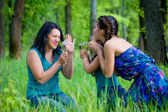 有两个孩子的美丽的少妇在公园 库存照片
