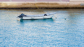 有两个室外马达的小渔船 库存图片