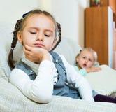 有两个小凄惨的女孩画象冲突 免版税库存图片
