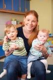 有两个幼儿的愉快的母亲婴孩小组的 图库摄影