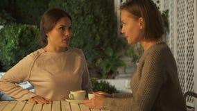 有两个情感的夫人争吵,坐户外,误会的战斗 影视素材