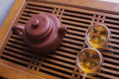 有两个杯子的陶器茶壶 库存照片