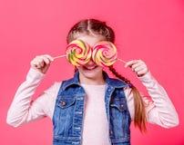 有两个棒棒糖的十几岁的女孩 免版税库存图片