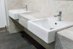 有两个水槽的最小的样式卫生间和花岗岩冠上 免版税库存图片
