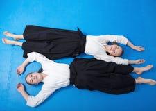 有两个的女孩合气道训练的一基于 库存照片