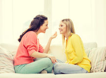 有两个的女朋友谈话在家 免版税库存图片