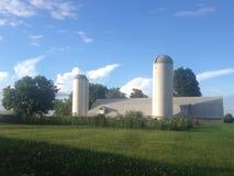 有两个筒仓的农场 图库摄影