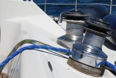 有两个绞盘的在海安全和保证概念的风船和绳索 库存图片