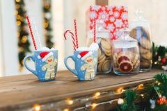 有两个蓝色杯子的姜饼人-圣诞节假日早餐背景 免版税库存图片