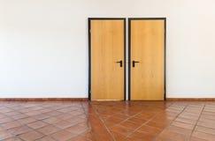 有两个门的内部,空的室 免版税库存照片