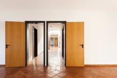 有两个门的内部,空的室 库存照片