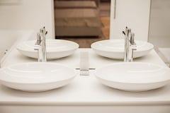 有两个水槽和镜子的豪华卫生间 免版税图库摄影