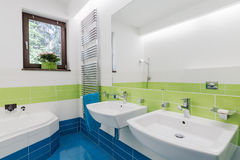 有两个水槽的五颜六色的卫生间 库存照片
