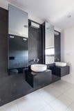 有两个水槽的典雅的卫生间 库存图片