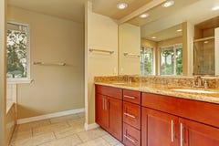 有两个水槽的卫生间镜箱和花岗岩冠上 免版税库存照片