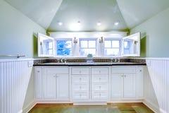 有两个水槽的白色豪华卫生间镜箱。 免版税库存照片